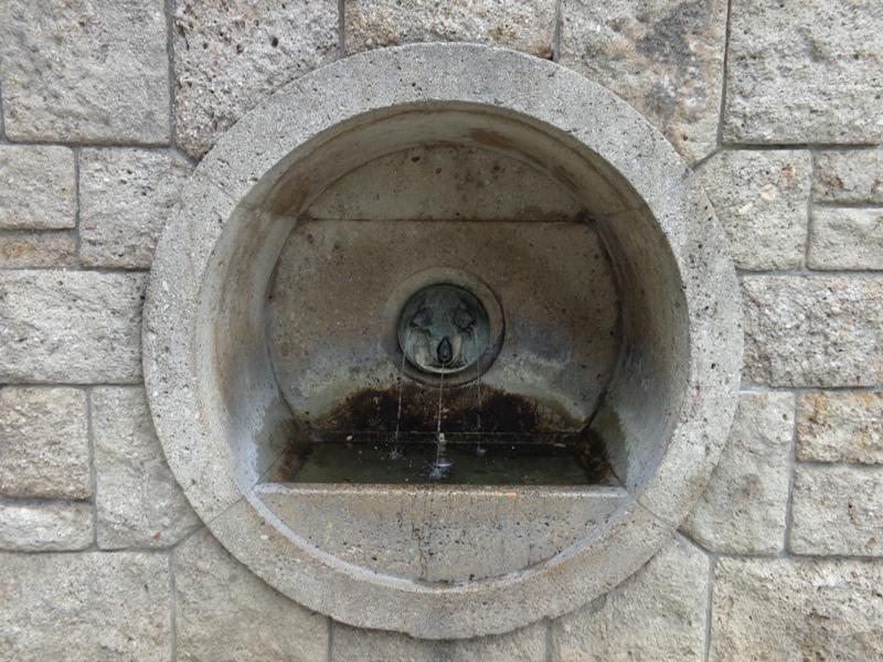 Drei Fischköpfe am Brunnen