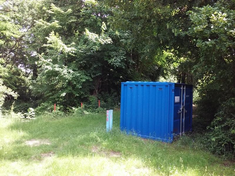 Beim blauen Container