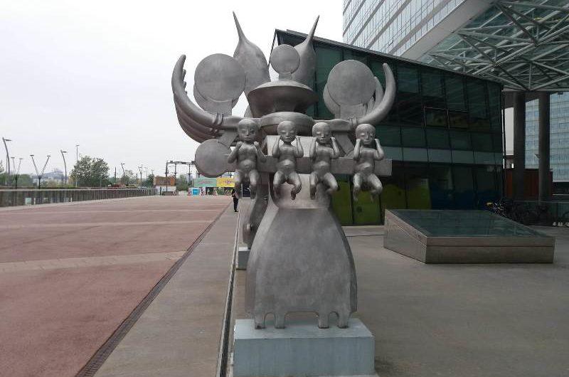 Skulptur vor dem Strabag Gebäude