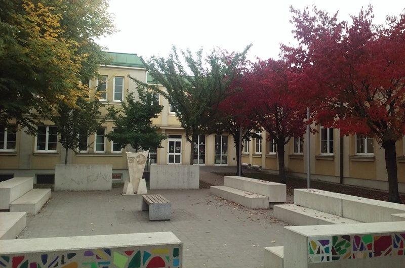 Herbststimmung vor der Volksschule