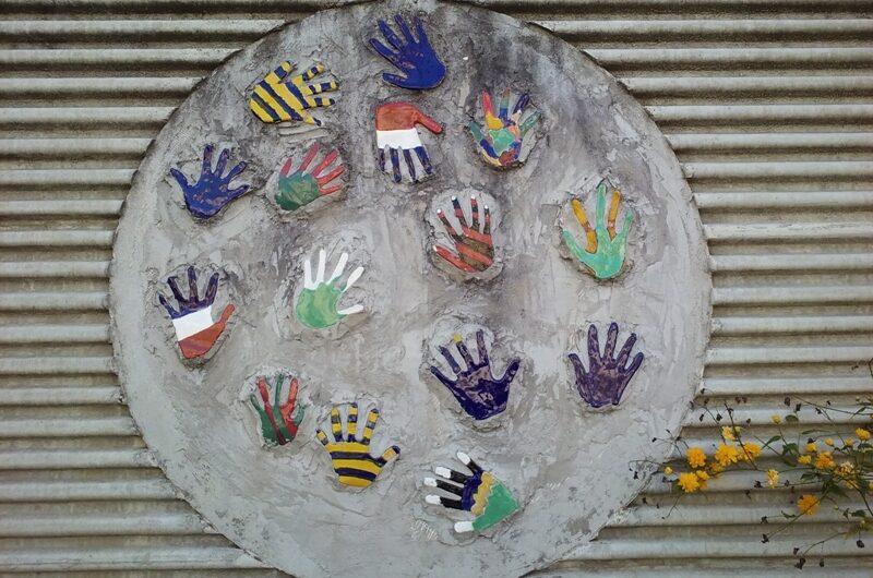 Hände vor der Schule